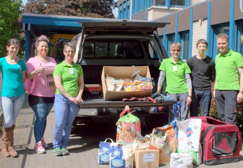 """""""Leinenlose"""" unterstützen die Futterhilfe Hameln: Übergabe der gesammelten Spenden."""